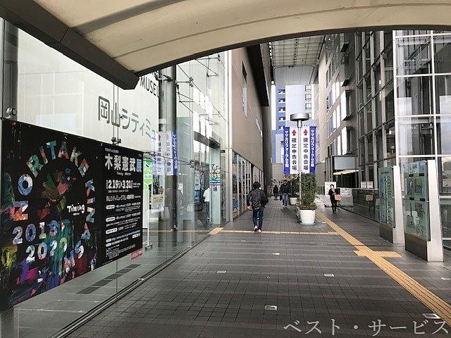 岡山駅東西連絡通路の渡り廊下を西へ渡ってすぐ左