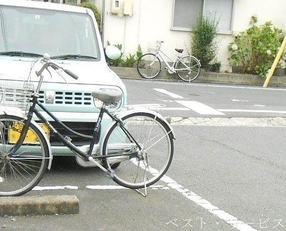 駐車場内でとても危険な放置自転車