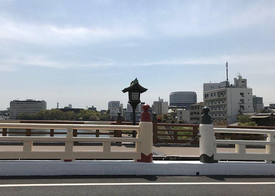 後楽園前「鶴見橋」欄干の色・白桃の果肉の色?