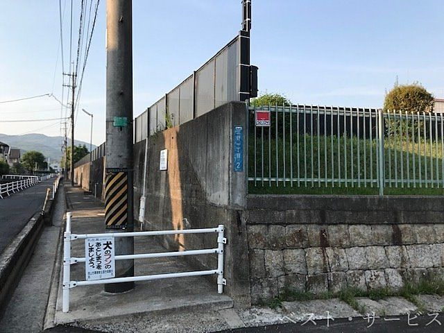 岡山市北区三野1丁目2 かなり高い塀で覆われている浄水場の周囲