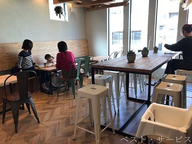 4~5人がけテーブル席が4 シェア席10人くらいの大きなテーブル1