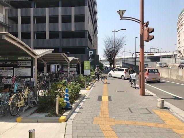 イオンモール「北岡山駅側入口」の自転車置き場北隣に自動車立体駐車場があります