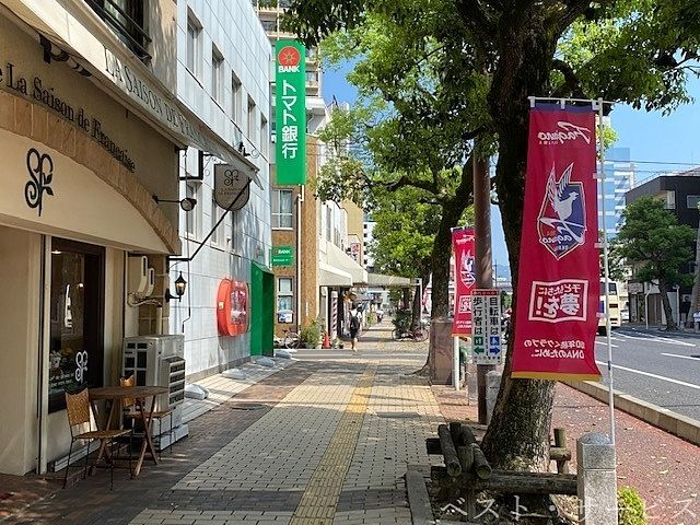 岡山駅西口筋,ファジアーノののぼりがスタジアムまで続く道,HOME試合は19時から