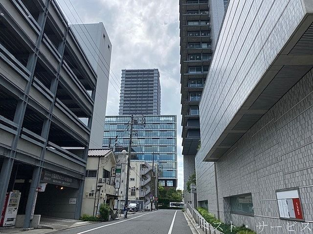 山陽新聞本社ビルから見える杜の街グレースオフィススクエア