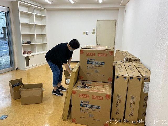 新店舗に設置する机やカウンター、椅子などの組み立て