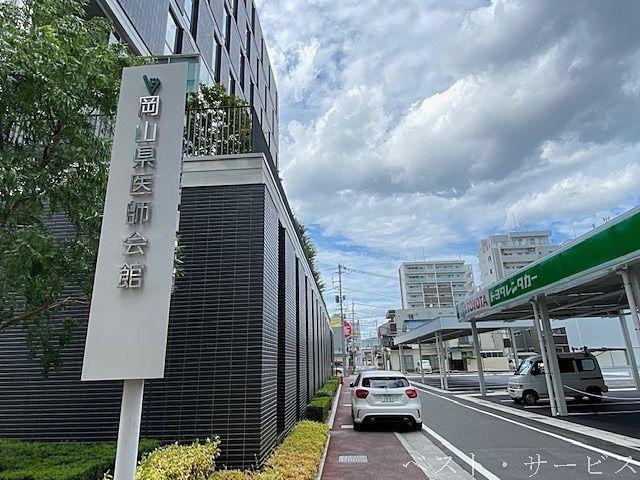 岡山県医師会館東隣にトヨタレンタリース岡山駅西口広場前店