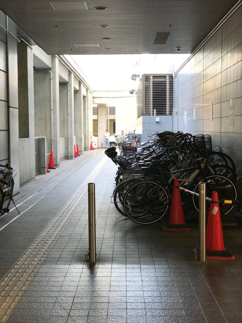 リットシティビルとフォーラムシティビルの境界にある駐輪場