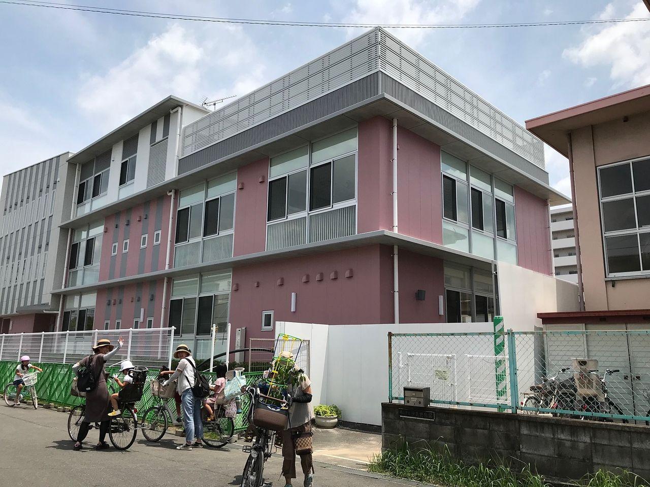 新園舎と旧園舎 現在は伊島幼稚園に園児達は通っています