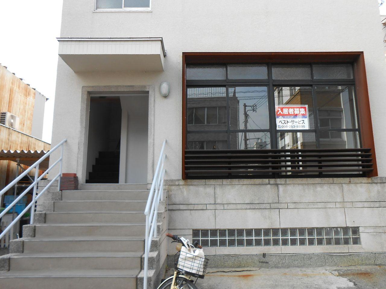 後楽園通り沿い「鶴見橋西詰」角 明比(あけび)ビル1F