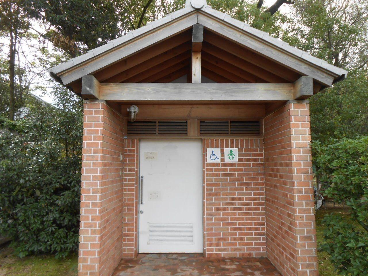岡山県総合グラウンド ユニバーサルデザイン オムツ替えベッド付多目的トイレ