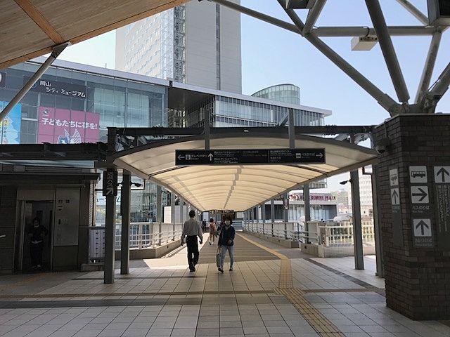 岡山駅西口・岡山コンベンションセンター(ANAホテル岡山)への渡り廊下手前エスカレーターで「バスのりば」へ降ります