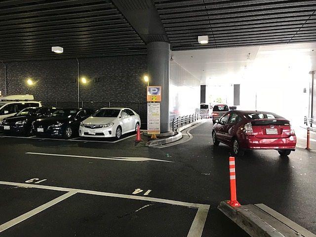 出るときは地面矢印に従い出庫してください リットシティビル(NHKの入っているビル)南交差点に出ます