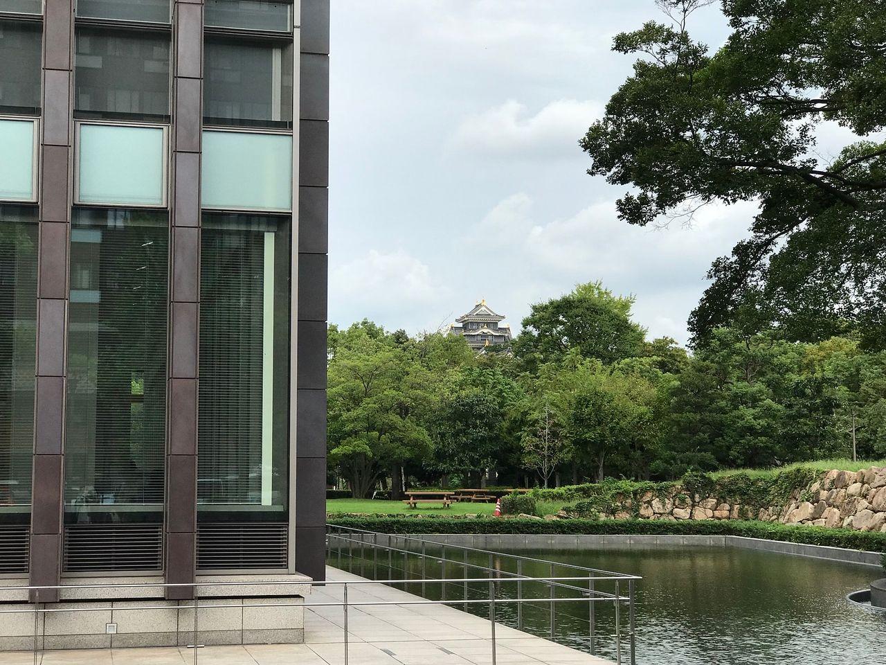 北から烏城公園・岡山県立図書館・岡山県庁は道を隔てて連なった位置関係です