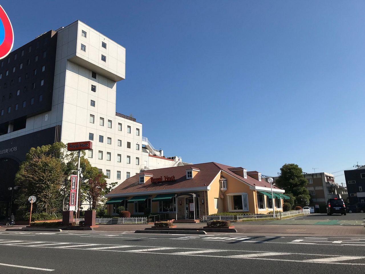 第3駐車場向い〈東〉にあるカルチャーホテル・ロイヤルホスト
