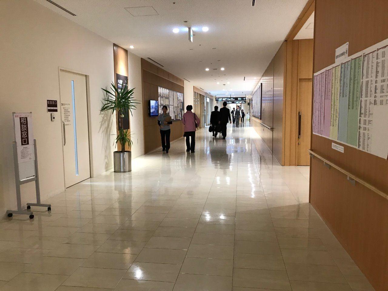 広くてピカピカの廊下 地域連携・済生会の沿革掲載