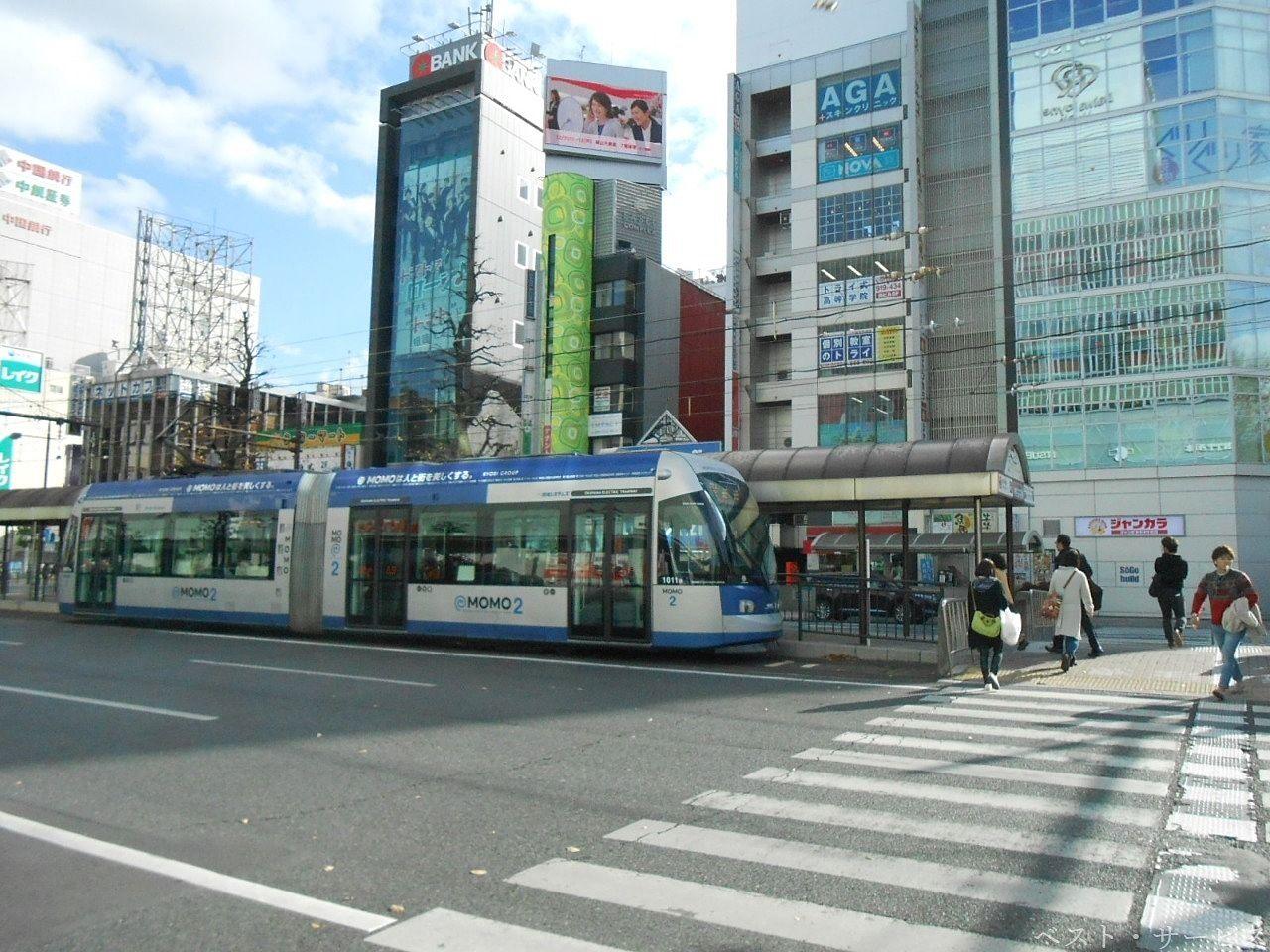 2002年(平成14年)より運行の超低床式路面電車(2両連結)