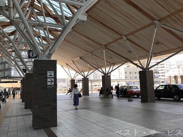 西口のタクシーのりばは2階/東西連絡通路の西の端