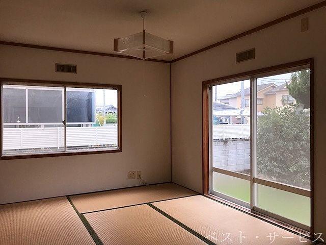 1階 和室 2面採光で明るいお部屋/南側にはお庭が見えます