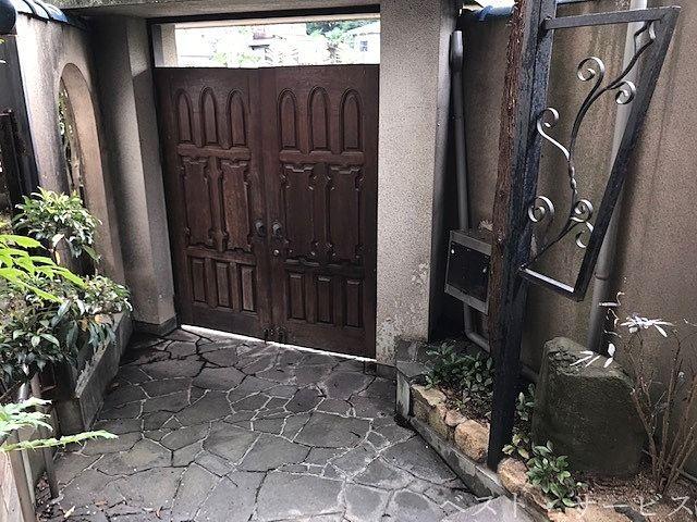 門扉から玄関までの空間