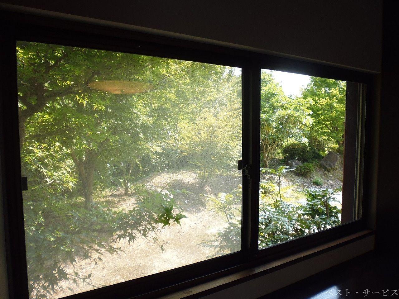 窓からもみじが見える